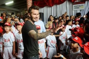 Mantan pesepak bola Manchester United dan Real Madrid David Beckham menyapa penggemarnya saat tiba di Stadion Soemantri Brojonegoro, Jakarta, Minggu, 25 Maret. Kehadiran David Beckham tersebut dalam rangka mengikuti kegiatan AIA Sepakbola Untuk Negeri. Antara Foto/Akbar Nugroho Gumay