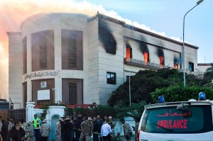 Kebakaran melanda gedung Kementerian Luar Negeri Libya di Tripoli, pascaserangan pria bersenjata, Selasa, 25 Desember waktu setempat.