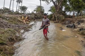 Warga berdiri di lokasi pantai yang diterjang gelombang tsunami Selat Sunda di Kecamatan Sumur, Pandeglang, Banten.