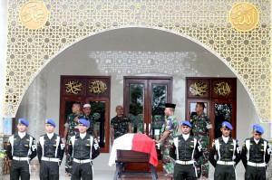 Sejumlah anggota TNI bersiap mengusung jenazah korban penembakan anggota TNI Letkol Dono Kuspriyanto menuju pemakaman setelah disalatkan di Masjid At-Taqwa, Bogor, Jawa Barat. Letkol CPM Dono Kuspriyanto tewas dalam insiden penembakan di Jatinegara, Jakarta Timur, pada Selasa (25/12) malam.