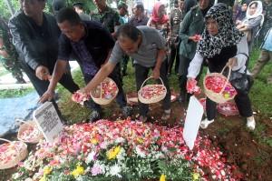 Sejumlah kerabat menaburkan bunga di makam anggota TNI Letkol CPM Dono Kuspriyanto setelah dimakamkan di Pemakaman Pahlawan Dreded Bogor, Jawa Barat.