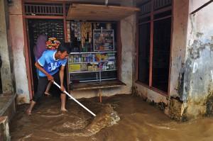 Banjir terjadi akibat penggundulan perbukitan sekeliling Padarincang sehingga tidak bisa menahan air saat musim penghujan.