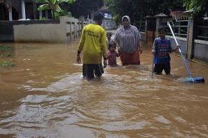 Akibat penggundulan hutan tersebut, Sungai Cikalumpang meluap dan membanjiri daerah sepanjang aliran sungai itu.