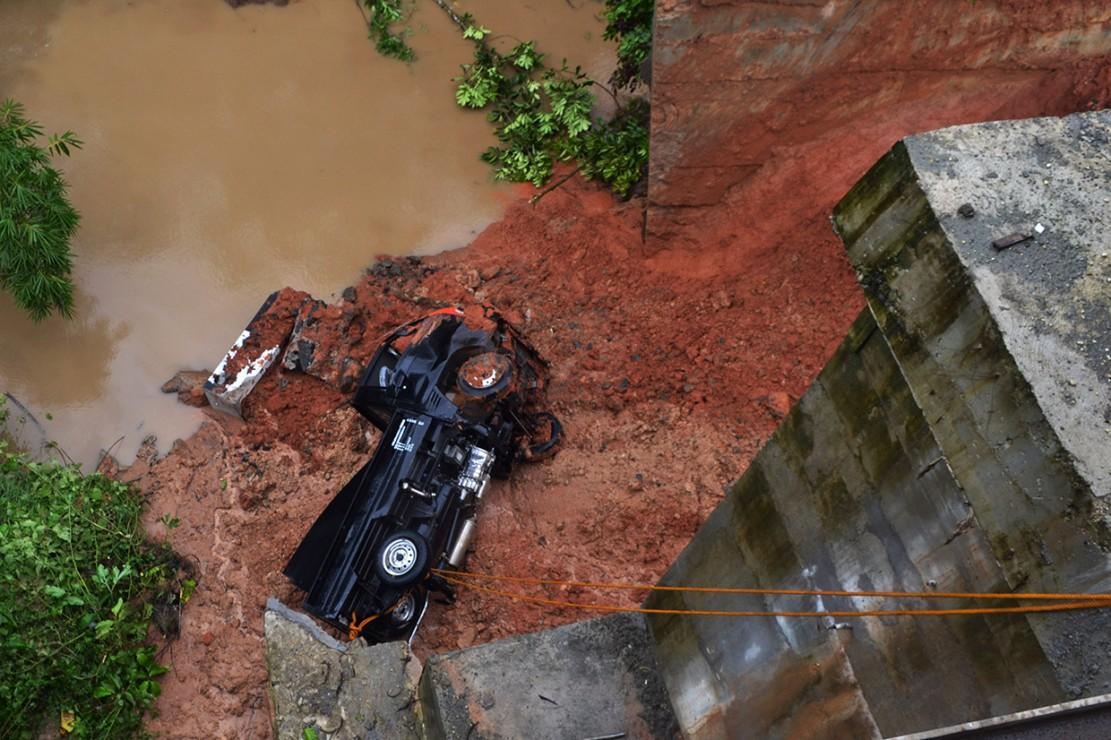 Akibat kejadian ini, satu kendaraan pick up yang sedang melintas jatuh dan terbawa material longsor.