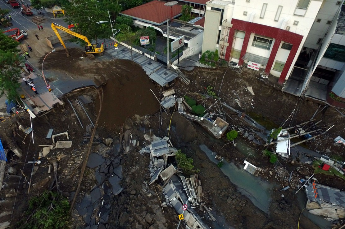 Proses pengurukan di lokasi jalan ambles di Jalan Raya Gubeng, Surabaya, Kamis, 20 Desember 2018.
