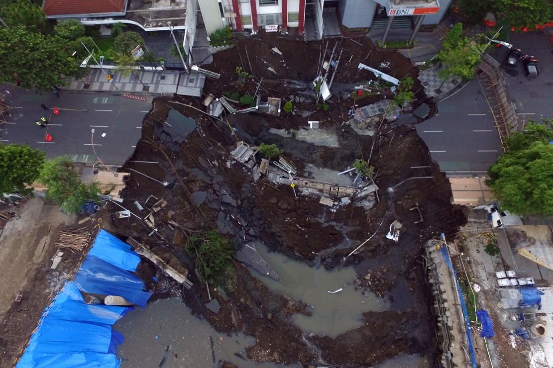 Jalan Raya Gubeng ambles sedalam sekitar 20 meter dengan lebar 30 meter pada Selasa, 18 Desember 2018 malam, diduga karena proyek pembangunan gedung di sekitar lokasi.