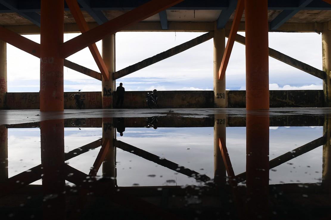 Hampir setiap bagian di gedung tersebut penuh dengan coratan, baik di bagian tembok maupun pada pilarnya. Genangan air juga terlihat di berbagai sudut.