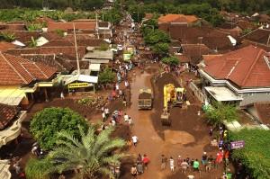Banjir bandang menerjang Desa Alas Malang, Singojuruh, Banyuwangi, Jawa Timur, 23 Juni 2018. Akibat kejadian tersebut sedikitnya 328 unit rumah rusak serta meninggalkan endapan lumpur dan pasir setinggi satu meter di pemukiman warga. Antara Foto/Zabur Karuru