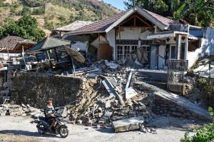 Gempa bumi berkekuatan 6,4 pada skala Richter mengguncang Lombok Timur, NTB, 29 Juli 2018 mengakibatkan puluhan orang meninggal dunia,  ratusan luka-luka, serta ratusan rumah rusak. Efeknya dirasakan hingga ke sebagian Jawa Timur dan Jawa Tengah hingga selatan Sulawesi Selatan. Antara Foto/Akbar Nugroho Gumay