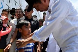 Ketika meninjau tanggap darurat gempa Palu, 3 Oktober 2018, Presiden Joko Widodo mendapat permintaan special dari seorang anak korban gempa. Si Anak yang ketika itu orang tuanya masih dinyatakan hilang itu ingin ikut Presiden Jokowi ke Jakarta. AFP Photo/Indonesian Presidential Palace