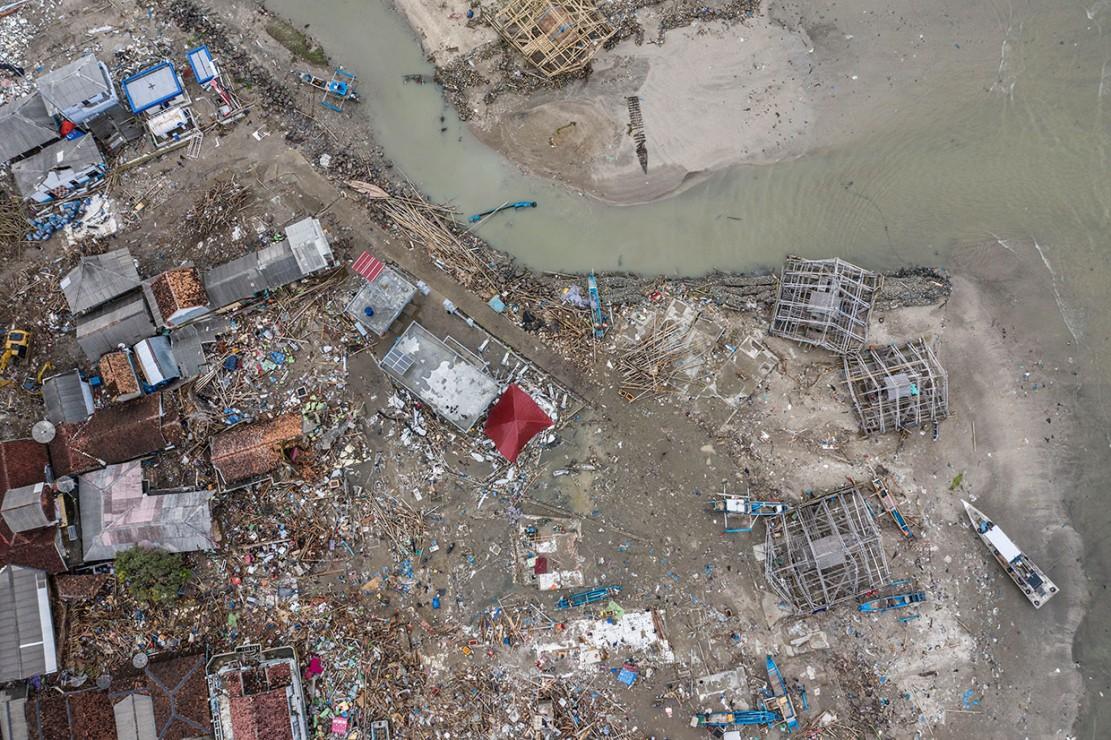 Gelombang tsunami terjadi di Selat Sunda, Provinsi Banten dan Lampung pada Sabtu, 22 Desember 2018 malam sekitar pukul 21.30 WIB. Tsunami mengakibatkan sedikitnya 430 orang tewas, 1.495 luka-luka, 159 hilang, dan 21.991 lainnya mengungsi. Korban tewas terdapat di lima kabupaten yaitu Serang, Pandeglang, Lampung Selatan, Pesawaran, dan Tanggamus. Kabupaten Pandeglang merupakan daerah yang terdampak paling parah akibat tsunami. Antara Foto/Muhammad Adimaja