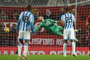 Memasuki babak kedua, Huddersfield lebih berani keluar menekan tuan rumah, bahkan memaksa kiper David de Gea melakukan penyelamatan gemilang atas tembakan Depoitre menyambut umpan silang Alex Pritchard pada menit ke-61.