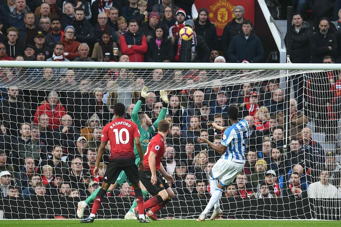 Bermain di Old Trafford kandang MU, peluang pertama justru dimiliki oleh Huddersfield lewat Terence Kongolo pada menit ke-10 usai menerima bola lemparan ke dalam, namun tembakannya masih melambung di atas mistar gawang.