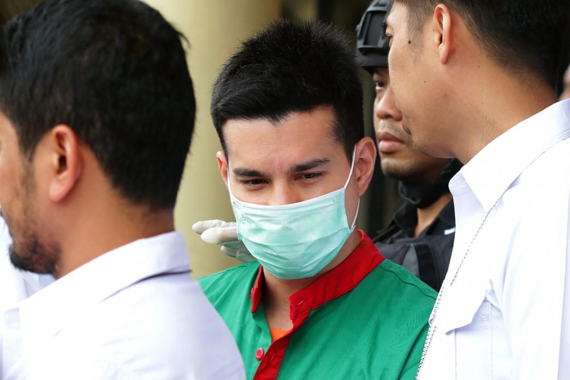 Timsus III Satnarkoba Polres Metro Jakarta Barat menangkap aktor Steve Emmanuel dengan barang bukti berupa narkoba jenis kokain seberat 92,04 gram, 1 botol penyimpan kokain, dan 1 buah alat hisap kokain atau bullet.