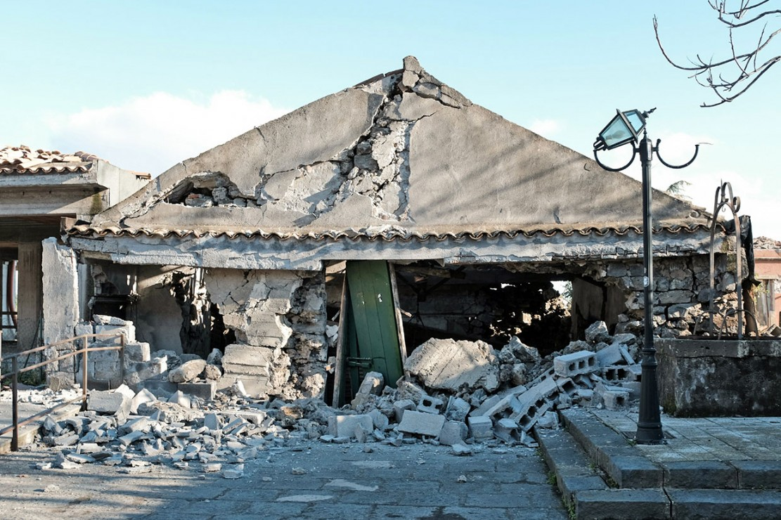 Sedikitnya 28 orang terluka, dua diselamatkan dari bangunan yang runtuh, dan sekitar 10 dibawa ke rumah sakit karena menderita luka ringan akibat tertimpa puing-puing yang jatuh.