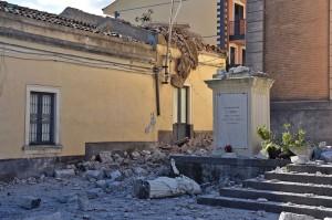 Gempa juga menggulingkan belltower gereja Santa Maria Santissima del Carmelo di Acireale, termasuk patung Santo Emidio, yang secara tradisional diyakini sebagai pelindung gempa bumi.