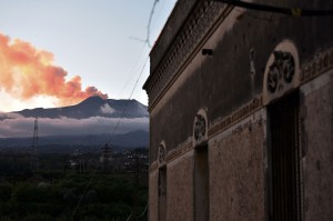 Gempa terjadi Rabu pada pukul 3:18 (0218 GMT) pada kedalaman 1,2 kilometer (0,75 mil). Gempa itu merupakan yang terkuat di kawasan itu sejak Gunung Etna meletus pada Senin, 24 Desember, memuntahkan abu dan memaksa penutupan sementara wilayah udara Sisilia.