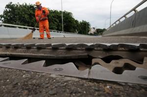 Ditlantas Polda Metro Jaya menutup sementara dan mengalihkan jalur di kawasan tersebut sampai dengan Senin, 31 Desember 2018.