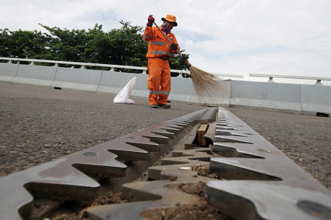 Pengerjaan perbaikan flyover Rawa Buaya dilakukan oleh Balai Besar Pelaksana Jalan Wilayah VI Kementerian PUPR Jakarta Metro I. Perbaikan pada jalan layang tersebut berupa proses penggantian tumpuan (pot bearing).