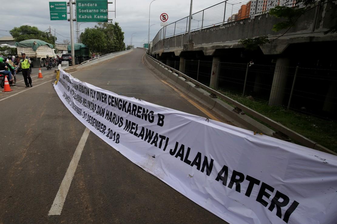 Akibat penutupan flyover itu kemacetan di sepanjang Jalan Lingkar Luar Barat Cengkareng tak terhindarkan. Kemacetan mengular sekitar 1 kilometer sampai lampu merah Cengkareng.