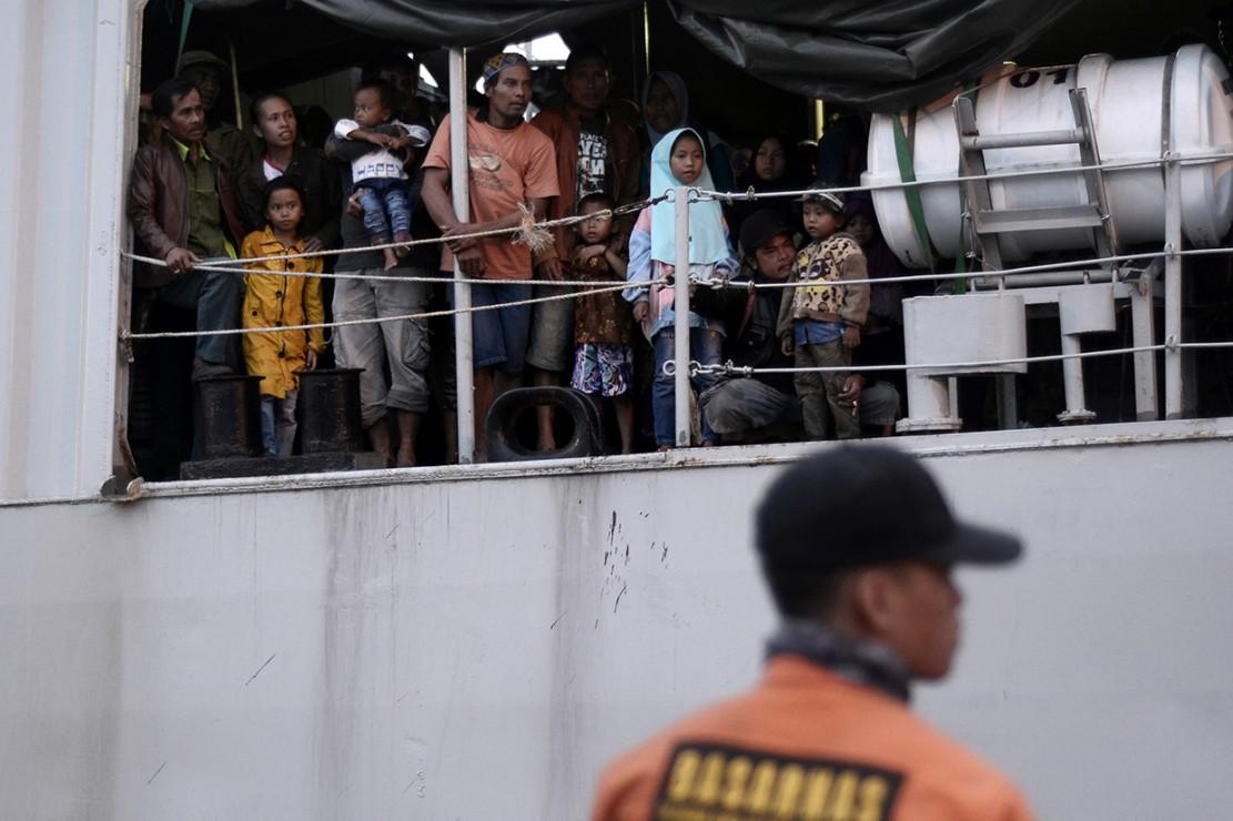 Warga korban tsunami dari Pulau Sebesi dan Sebuku tiba di dermaga C2 Pelabuhan Panjang, Bandar Lampung, Lampung.