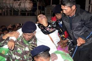 Petugas TNI AL menggendong warga korban tsunami yang berasal dari Pulau Sebesi dan Sebuku Lampung Selatan yang tak sadarkan diri setibanya di dermaga C2 Pelabuhan Panjang, Bandar Lampung, Lampung.