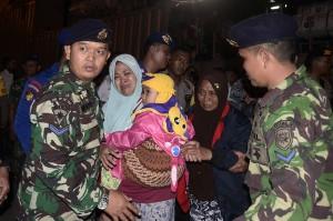 Sebanyak 432 orang pengungsi korban tsunami dari Pulau Sebesi dan Sebuku Lampung Selatan dievakuasi menggunakan Kapal KRI Teluk Cirebon 543 menuju Kalianda karena warga masih trauma pascatsunami.
