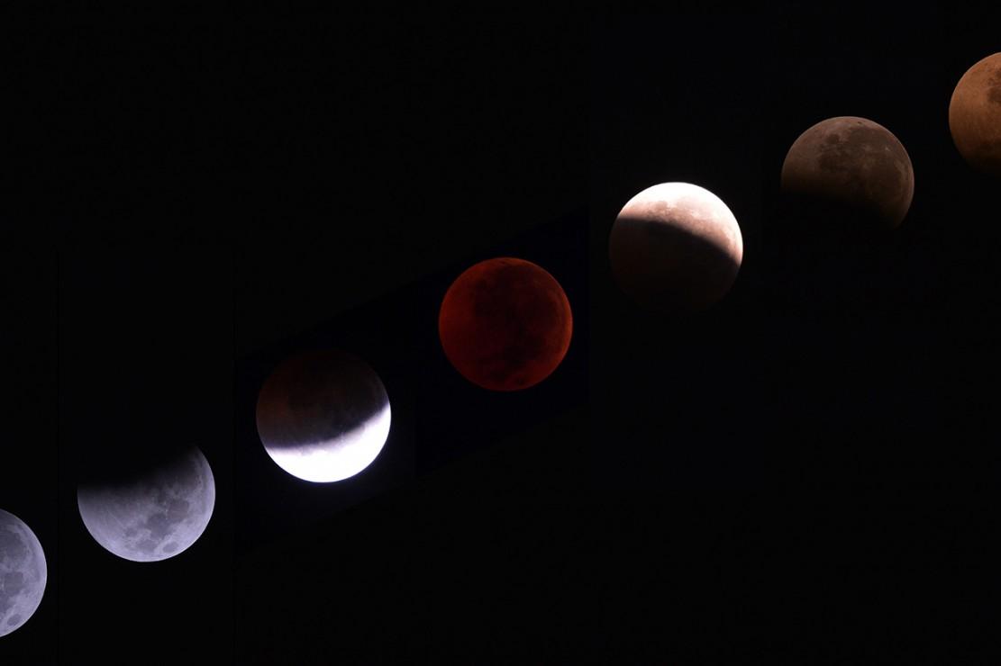 Foto kombo fase gerhana bulan total 'Micro Blood Moon' terlihat di Jakarta, Sabtu, 28 Juli. Gerhana bulan tersebut merupakan yang terlama pada abad ini dengan durasi sepanjang 103 menit dan seluruh proses gerhana sekitar 6,5 jam. Antara Foto/Wahyu Putro A