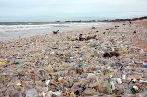 Sampah plastik menjadi problem bagi lingkungan hidup masyarakat Indonesia dan dunia. Penggunaan plastik yang tidak ramah lingkungan menyebabkan berbagai masalah lingkungan hidup yang sangat serius. Tidak hanya perkotaan, sampah plastik juga menjadi masalah di lautan. Jika tidak dikelola dengan serius, pencemaran sampah plastik akan sangat berbahaya bagi kelangsungan hidup semua makhluk. Antara Foto/Wira Suryantala