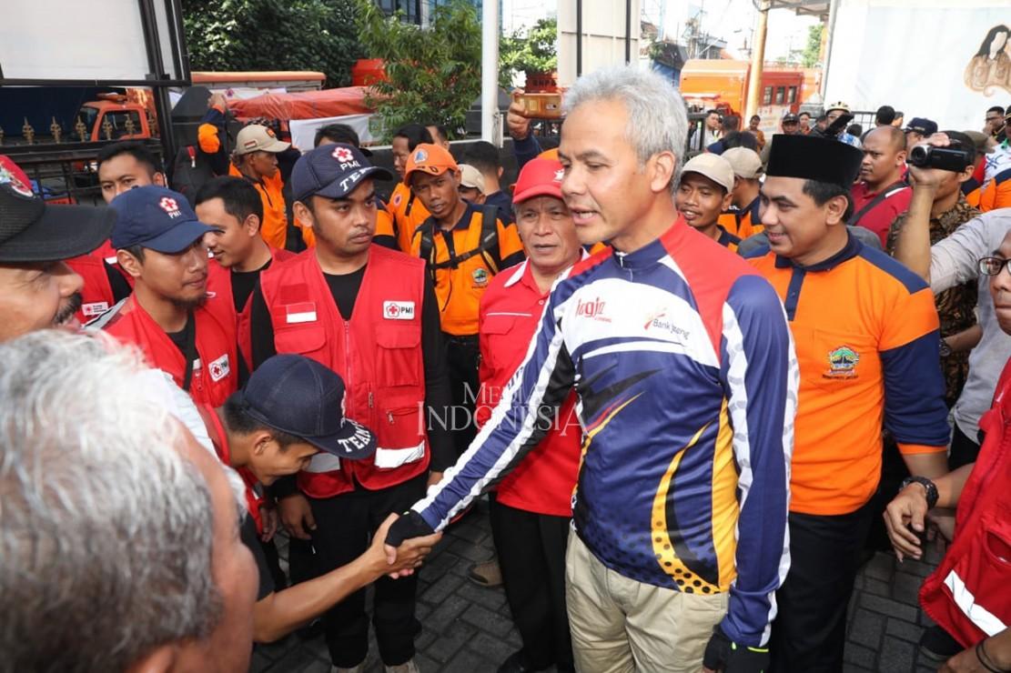 Gubernur Jawa Tengah Ganjar Pranowo melepas relawan dan bantuan untuk korban bencana tsunami di Banten dan Lampung di kantor Badan Penanggulangan Bencana Daerah (BPBD) Jateng jalan Imam Bonjol Semarang.