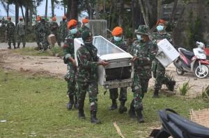 Prajurit TNI membantu warga mengevakuasi barang yang masih bisa diselamatkan pascatsunami Selat Sunda di Carita, Pandeglang, Banten.