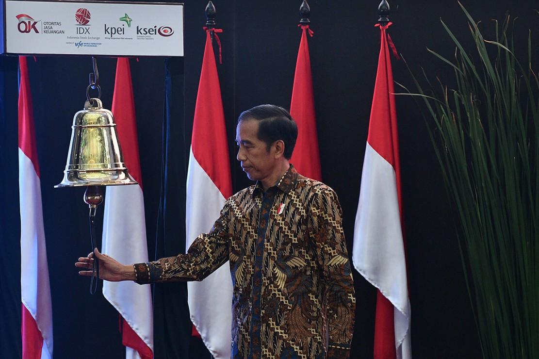 Presiden Joko Widodo melakukan seremoni penutupan Indeks Harga Saham Gabungan (IHSG) 2018 di kantor Bursa Efek Indonesia, Jakarta. Perdagangan IHSG 2018 resmi ditutup dengan menguat sebesar 0,06 persen atau 3,86 poin ke level 6.194,50.