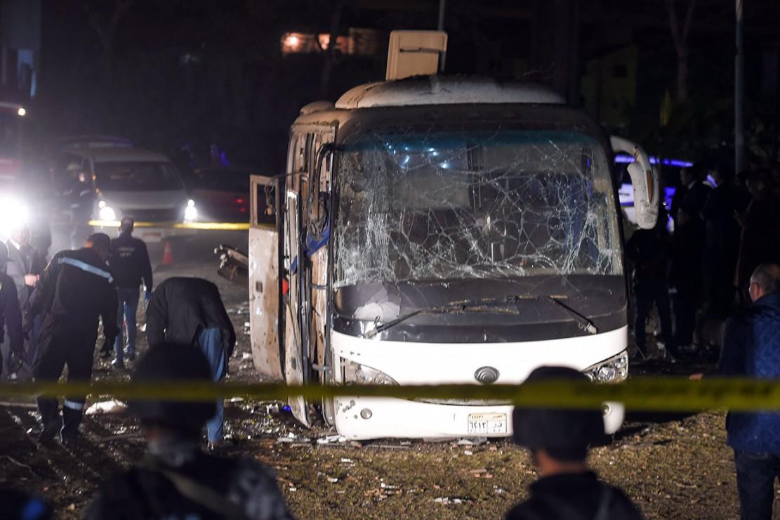Sebuah bus wisata mengalami kerusakan cukup parah setelah dihantam bus pinggir jalan di dekat objek wisata Piramida Giza, Mesir, Jumat, 28 Desember 2018 waktu setempat.