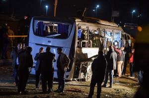 Tiga wisatawan Vietnam dan seorang pemandu wisata Mesir tewas setelah bus yang mereka tumpangi dihantam bom pinggir jalan di dekat Piramida Giza. 11 wisatawan Vietnam lainnya dan sang sopir terluka akibat kejadian tersebut.
