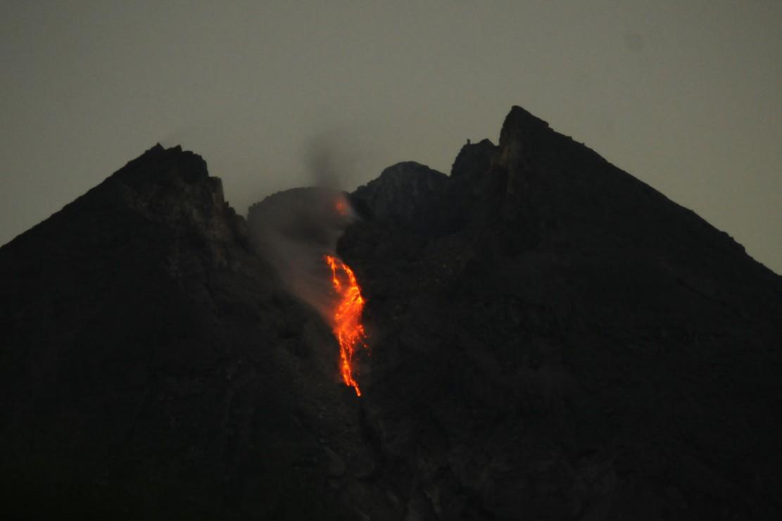 Guguran lava pijar Gunung Merapi terlihat dari Balerante, Kemalang, Klaten, Jawa Tengah, Sabtu, 29 Desember 2018 dini hari WIB.