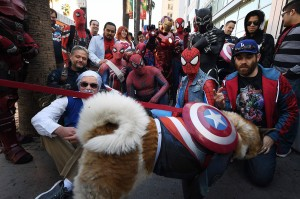 Para penggemar tengah merayakan ulang tahun pertama kelahiran Stan Lee yang ke-96, sejak kematian pencipta tokoh Marvel tersebut pada 12 November 2018 lalu.