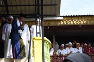 Presiden menyapa masyarakat yang memenuhi halaman kediaman Tuan Guru Babussalam.