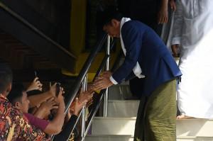 Jokowi seperti biasa mengajak salaman dan foto bersama para warga secara bergantian. Para warga langsung berebut untuk mendekat dan berebut berfoto bersama.