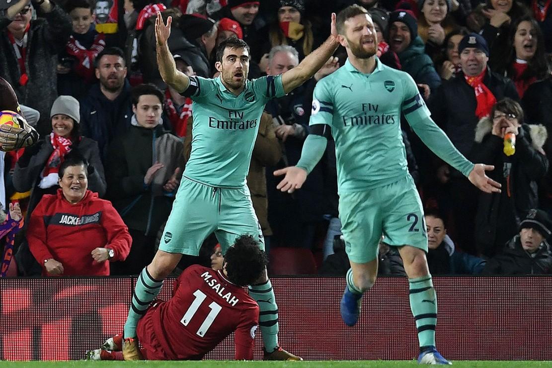 Di pengujung babak pertama Liverpool mendapat penalti setelah Salah dijatuhkan oleh Sokratis Papastathopoulos. Keputusan wasit mendapat protes dari para pemain Arsenal.