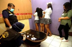 Petugas memeriksa urine pekerja tempat hiburan malam saat razia narkoba di sejumlah tempat hiburan malam Slawi, Kabupaten Tegal, Jawa Tengah, Sabtu, 29 Desember 2018 malam. Antara Foto/Oky Lukmansyah
