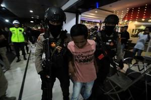 Polisi mengamankan tamu kafe yang terbukti menggunakan narkoba setelah dilakukan pemeriksaan urine saat razia di Lhokseumawe, Aceh, Minggu, 30 Desember 2018 dini hari. Antara Foto/Rahmad