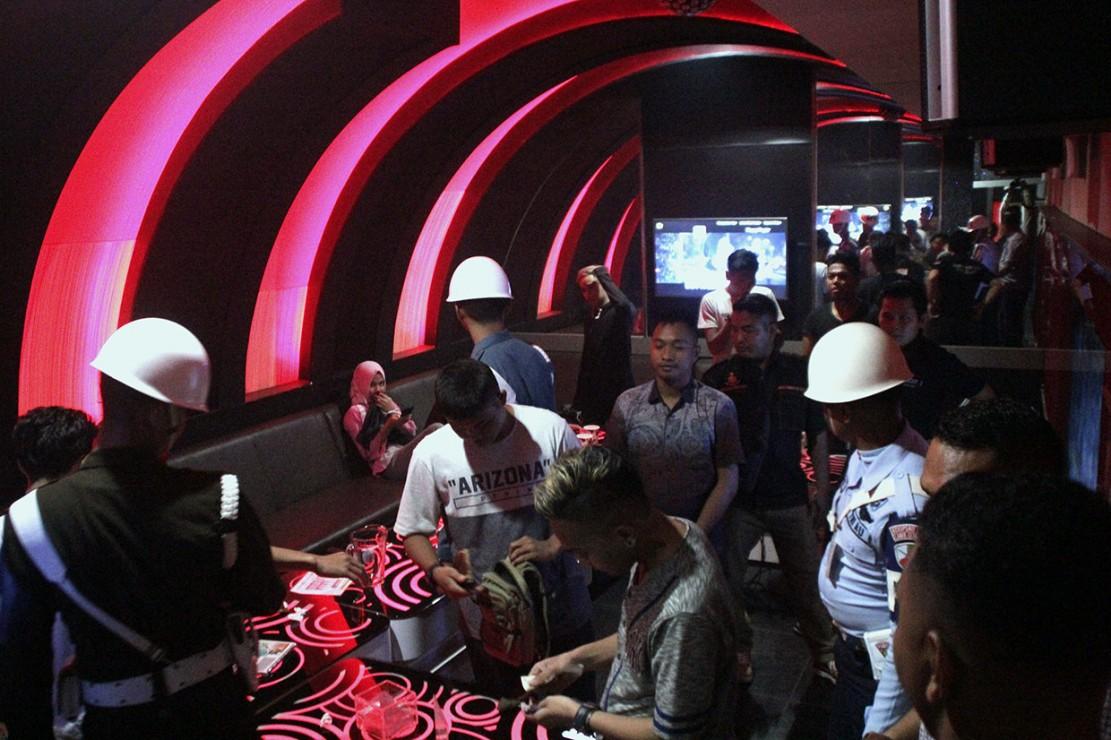 Petugas gabungan memeriksa sejumlah pengunjung di salah satu tempat karoke saat razia cipta kondisi di Kota Kupang, NTT Sabtu, 29 Desember 2018 malam. Antara Foto/Kornelis Kaha