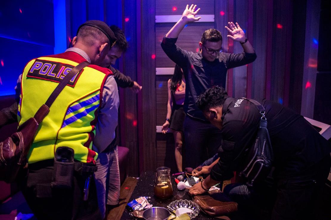 Petugas memeriksa barang bawaan pengunjung saat razia narkoba di tempat hiburan malam di Sukabumi, Jawa Barat, Sabtu, 29 Desember 2018. Antara Foto/Nurul Ramadhan