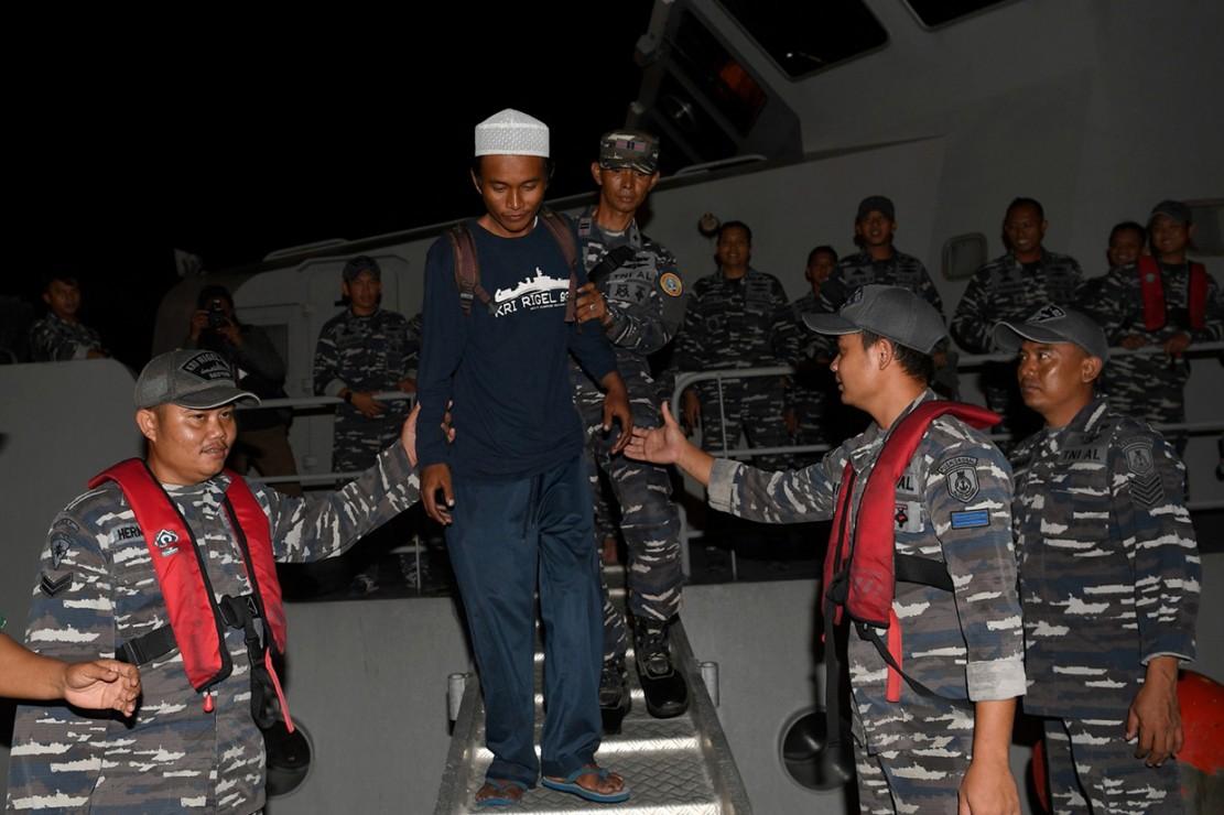 Korban selamat tsunami Selat Sunda, Ari Agus Arman Harianto (kedua kiri) turun dari KRI Rigel 933 di Dermaga Pelabuhan Indah Kiat, Cilegon, Banten.
