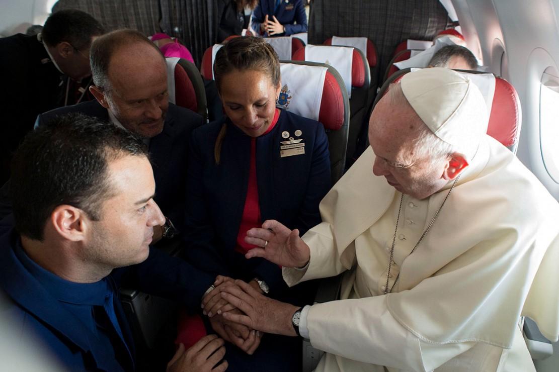 Paus Fransiskus menikahkan pasangan pramugari dan pramugara di atas pesawat dalam penerbangan dari Santiago ke Iquique pada Kamis, 18 Januari 2018 waktu setempat. Pemberkatan pernikahan di atas pesawat tersebut menjadi yang pertama di dunia. Afp Photo/Osservatore Romano
