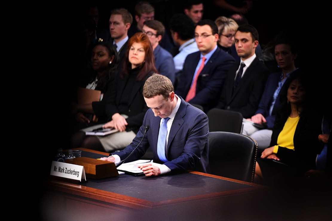 Pemimpin sekaligus pendiri Facebook, Mark Zuckerberg akhirnya bertatap muka dengan Kongres dan Senat AS pada Selasa, 10 April 2018. Miliarder berusia 33 tahun, membuat kesaksian yang berlangsung hampir lima jam. Kedatangannya terkait dengan skandal Cambridge Analytica atau skandal data pribadi yang melilit jaringan media sosial miliknya. Afp Photo/Jim Watson