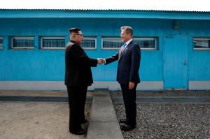 residen Korea Selatan Moon Jae-in bertemu pemimpin tertinggi Korea Utara Kim Jong Un di Zona Demiliterisasi, Jumat, 27 April 2018. Zona Demiliterisasi tersebut berada di sisi selatan desa gencatan senjata Panmunjom. Moon mengaku senang bertemu Kim. Afp Photo/Korea Summit Press Pool/Korean Broadcasting System