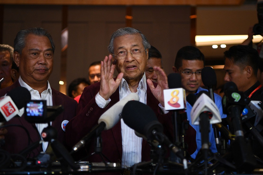 Mantan Perdana Menteri Malaysia Mahathir Mohamad meraih kemenangan bersejarah dalam pemilu yang digelar pada Rabu, 9 Mei 2018. Koalisi oposisi Pakatan Harapan yang dipimpin Mahathir meraih 115 kursi, lebih dari cukup untuk memenangkan pemilu. Dua hari kemudian Anwar Ibrahim, pemimpin oposisi Malaysia yang Mahathir penjarakan, dinyatakan bebas setelah mendapat pengampunan dari raja. Afp Photo/Manan Vatsyayana