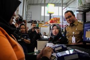 Pemprov DKI menyerahkan 1.564 Kartu Pekerja kepada pekerja di lima wilayah Jakarta yang dapat digunakan untuk mendapatkan pangan bersubsidi, mengakses transjakarta dengan gratis dan memperoleh fasilitas Kartu Jakarta Pintar bagi anak-anak.