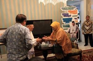 Calon Wakil Presiden nomor urut 01 Ma'ruf Amin (tengah) menerima kunjungan adik Presiden Indonesia keempat Abdurrahman Wahid, Lily Chodidjah Wahid (kanan) dan Ketua relawan Doa untuk Jokowi (Dojo) Amin, Benny Pasaribu di Kediaman Situbondo, Menteng, Jakarta.